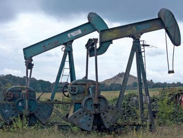 Deux puits à pétrole.