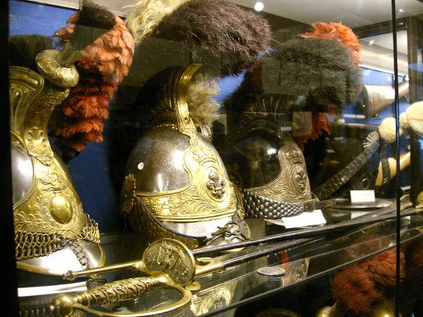 Trois casques exposés au Musée Militaire et Erckmann-Chatrian de Phalsbourg.