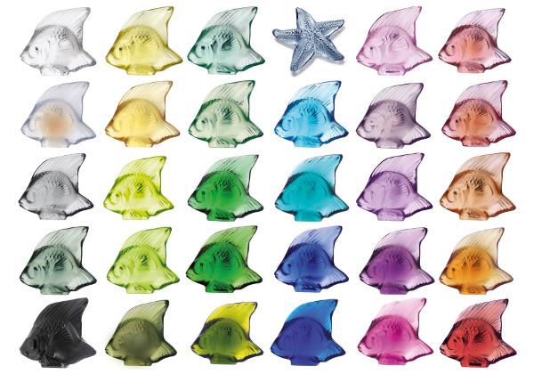 Ensemble de poissons en cristal multicolores et une étoile de mer en cristal, exposés au Musée Lalique.