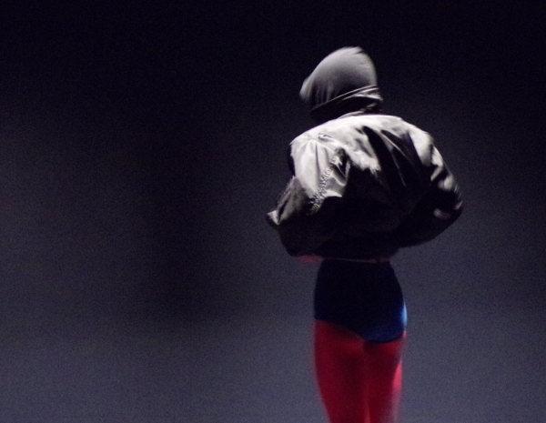 Une personne de dos sur fond noir