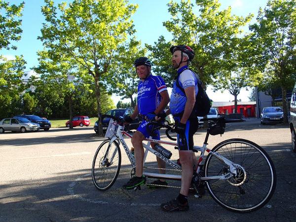 Photo de deux bénévoles de l'association Cyclo Club, lors d'une randonnée en tandem.