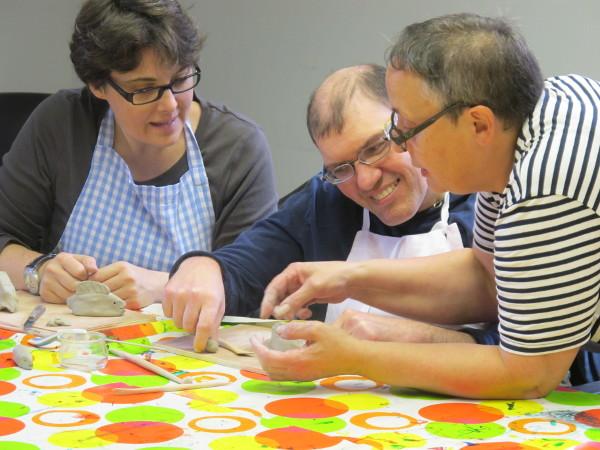 Participants à un atelier modelage, organisé par le Musée Lalique en lien avec ses collections.