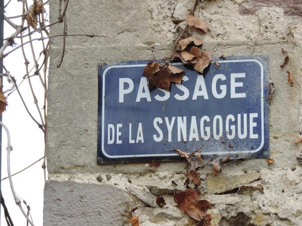 Plaque de rue du passage de la synagogue à Bouxwiller, évoquant les traditions juives.