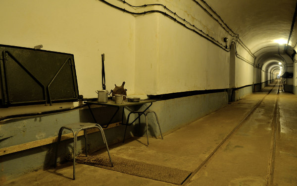 Vue de l'extérieur du Four à Chaux avec un tank sur le côté droit