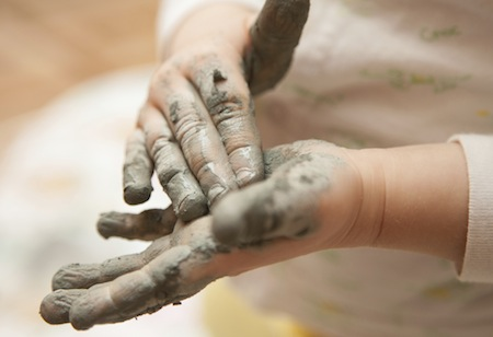 Mains d'un participant à l'atelierles mains à la pâte.
