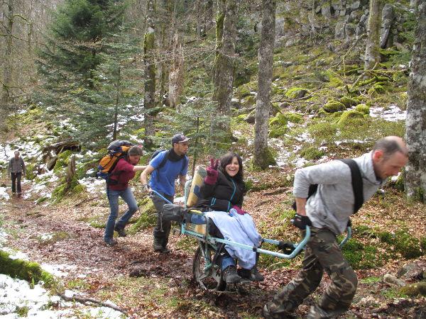 Sortie joelette dans les Vosges du nord: les participants en plein effort.