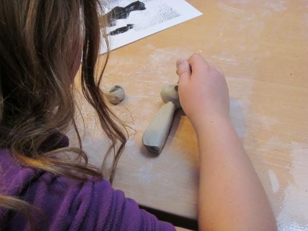 Participante à un atelier modelage, en plein travail de sculpture.