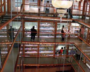 Vue de l'intérieure du musée de la grande place et de ses larges passerelles.