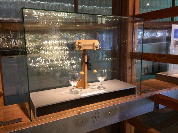 Station tactile permettant de comparer le bruit produit par le cristal de celui produit par le verre.
