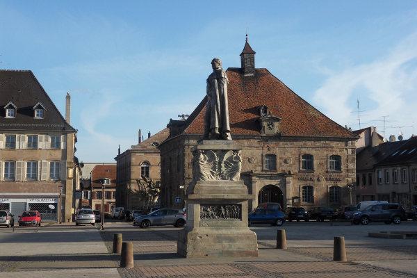Vue de la place d'Armes ainsi que de la mairie de Phalsbourg.