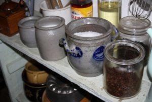 Pots et vaisselle ancienne exposés appartenant aux collection de la Maison rurale de l'Outre-Forêt.