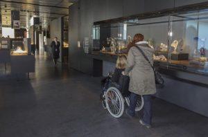 Visiteurs du musée Lalique.