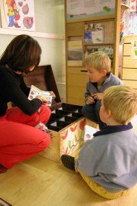 Enfants participants à une visite sensorielle.