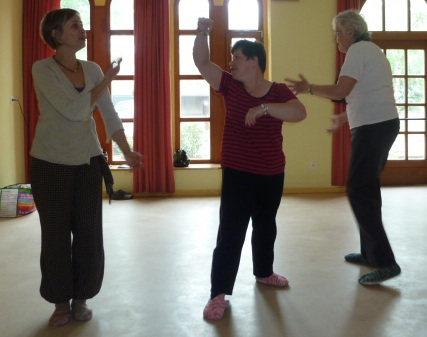 Trois personnes dansent