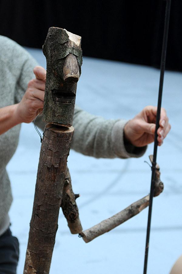 Personnage fabriqué avec des troncs d'arbre