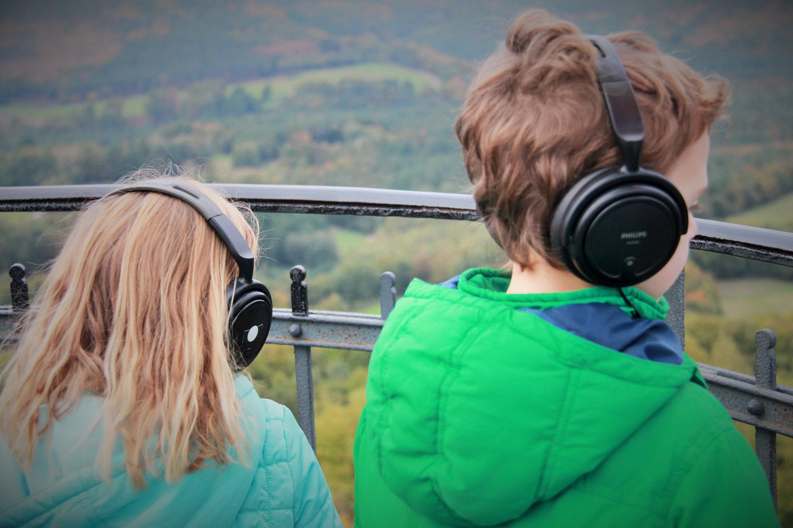 Enfants observant le paysage extérieur au Château du Lichtenberg