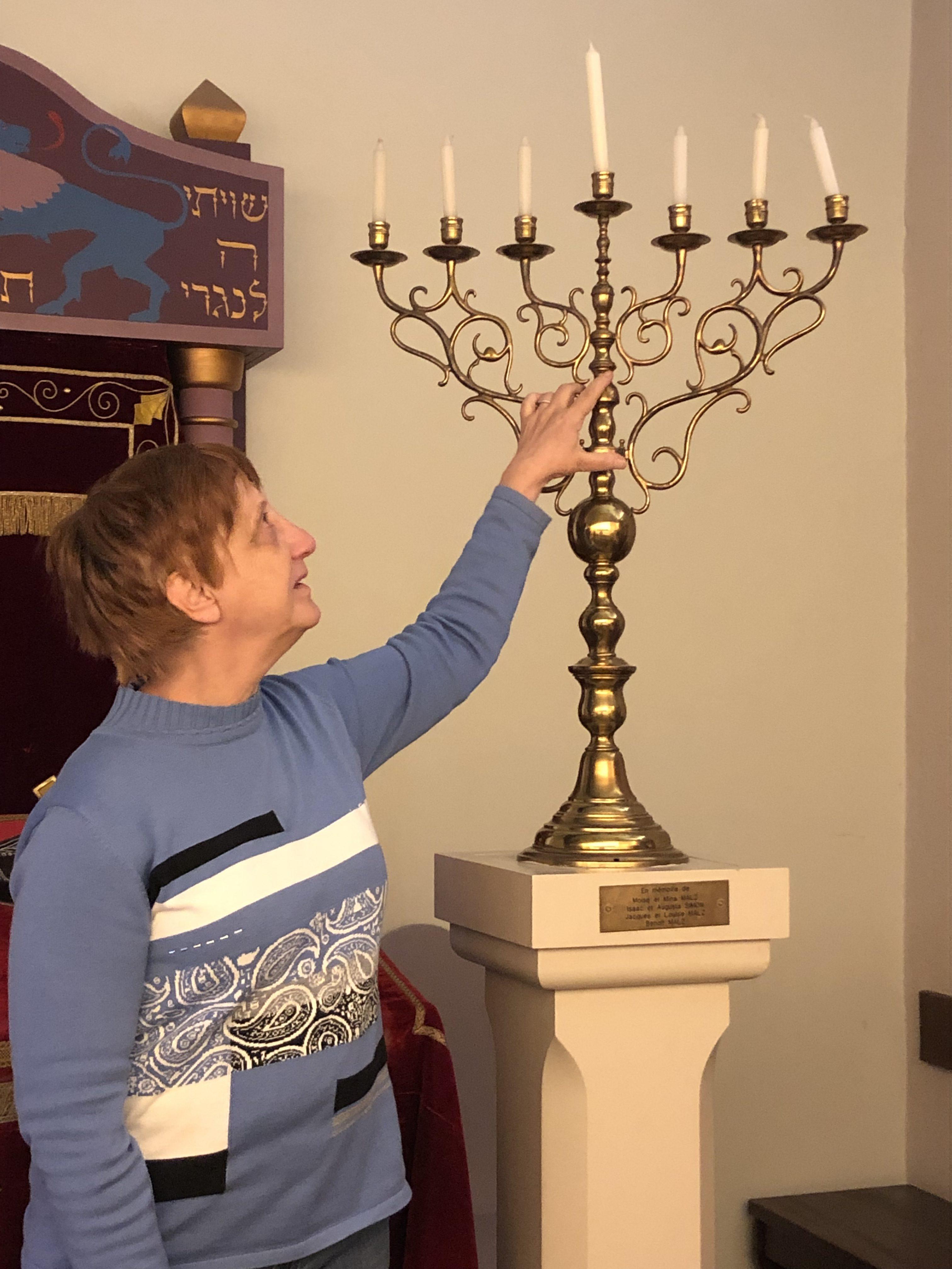 Musée Judéo-Alsacien : présentation d'une menorah à toucher