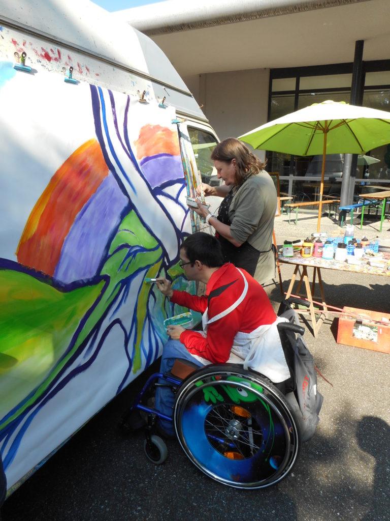 Performance de peinture sur une camionnette